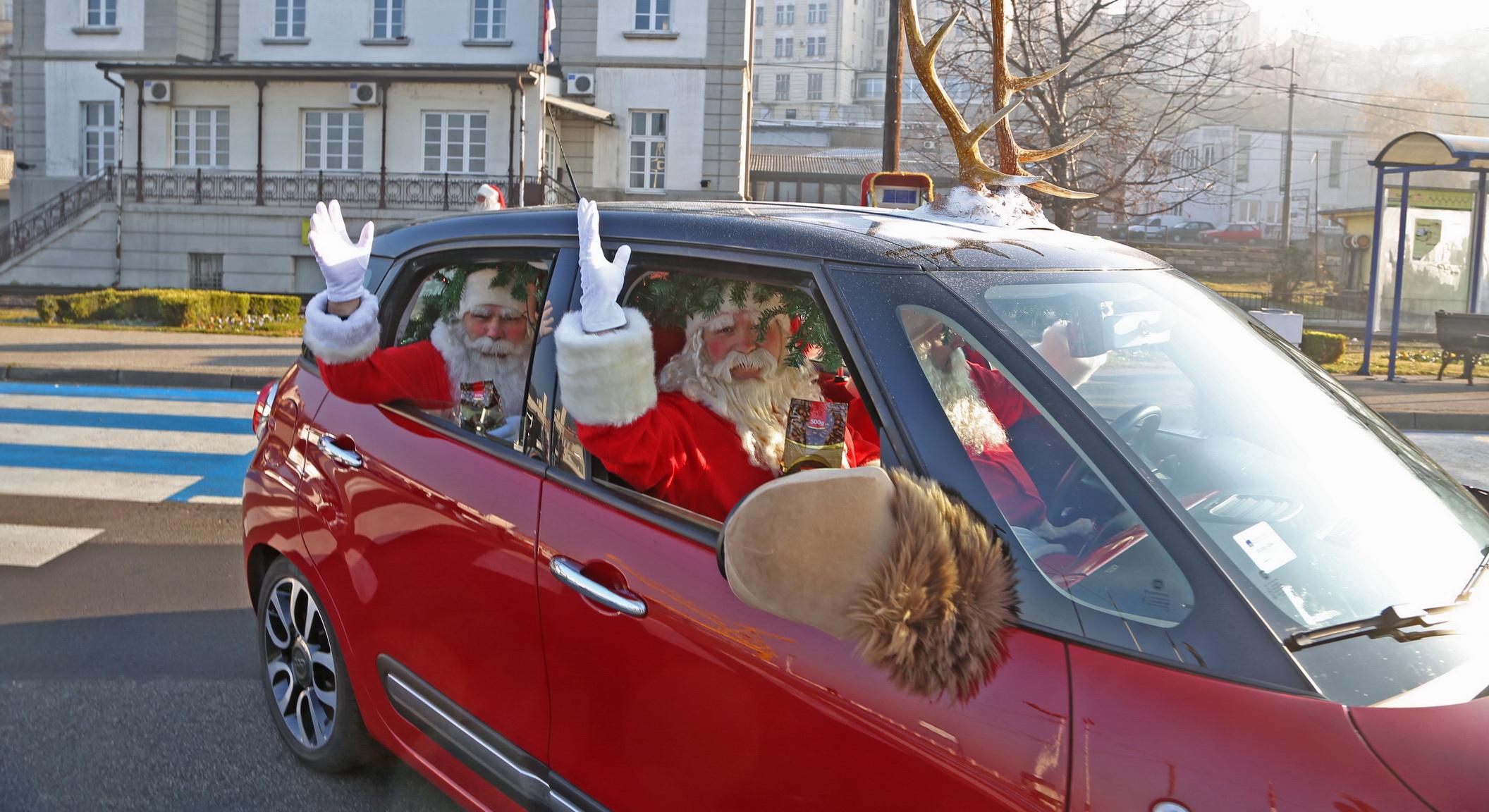 Grand Deda Mrazovi krecu u deljenje poklona