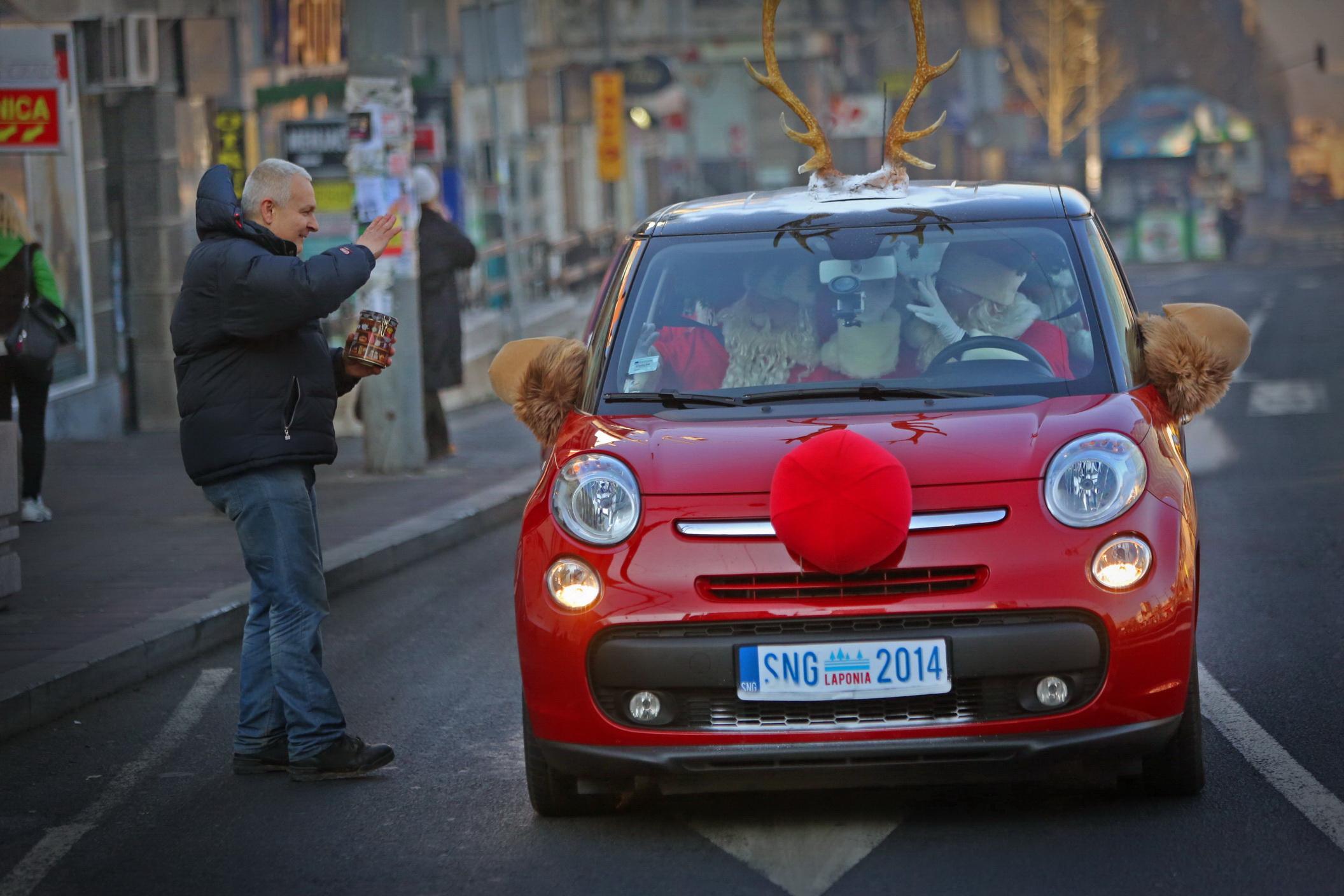 Grand Deda Mrazovi pozdravljaju iz kola
