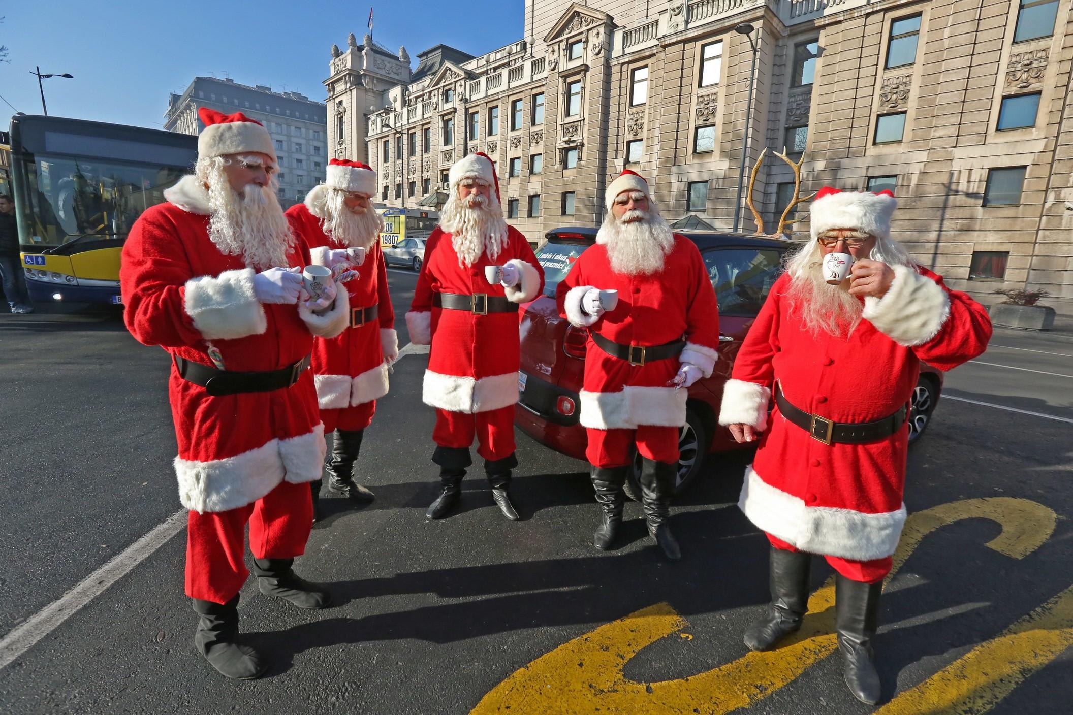 Grand kafa_Deda Mrazovi piju kafu